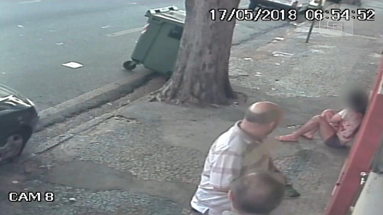 Câmera de segurança flagra jovem fugindo de agressões do padrasto; mãe morreu esfaqueada
