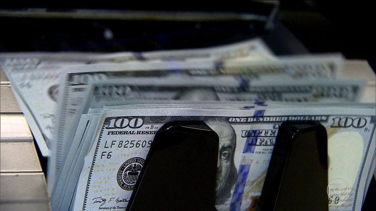 Dólar volta a subir e principal índice da bolsa tem maior queda em um ano