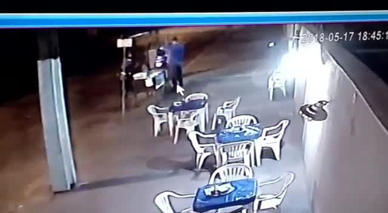 Vídeo de câmera de segurança mostra momento em que comerciante foi baleado