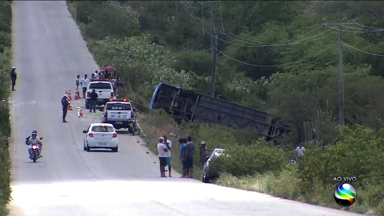 Duas pessoas morrem e 30 ficam feridas em acidente com ônibus de turismo