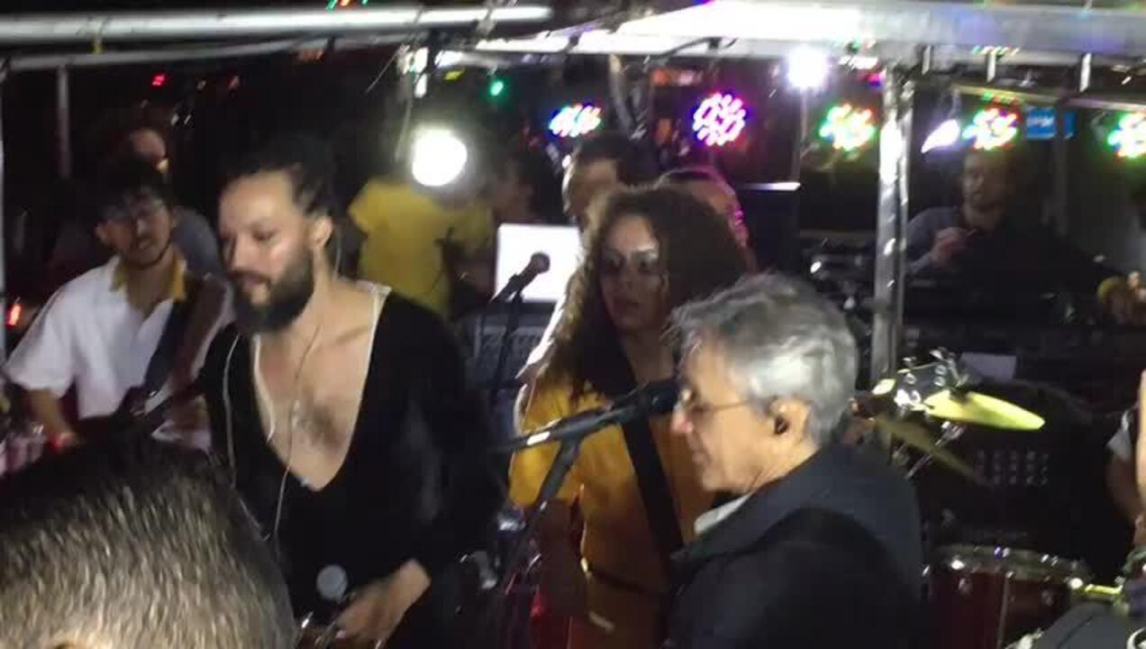 Caetano canta em trio na Virada Cultural