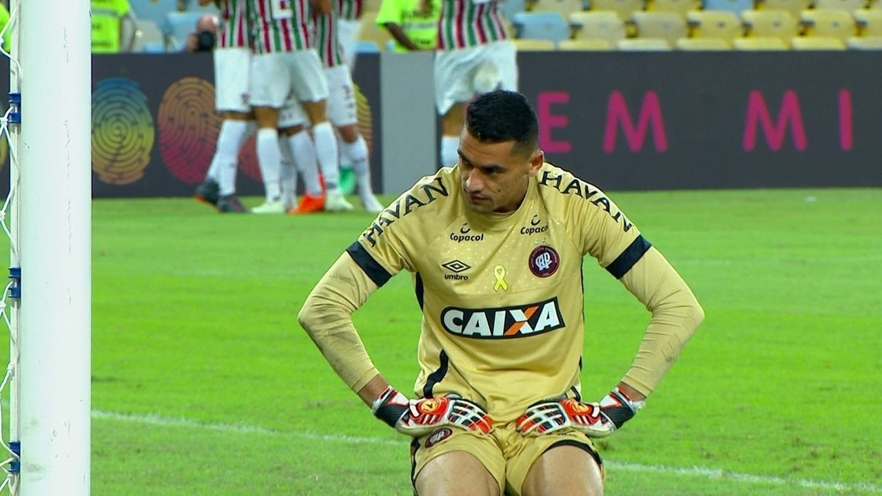 Gol do Flu! Jadson bate, Santos espalma e bola bate em Thiago Heleno pra entrar 23 1º