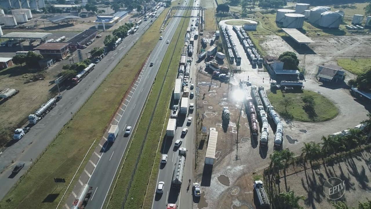Caminhoneiros protestam contra preços de combustíveis na Rodovia Zeferino Vaz, em Paulínia