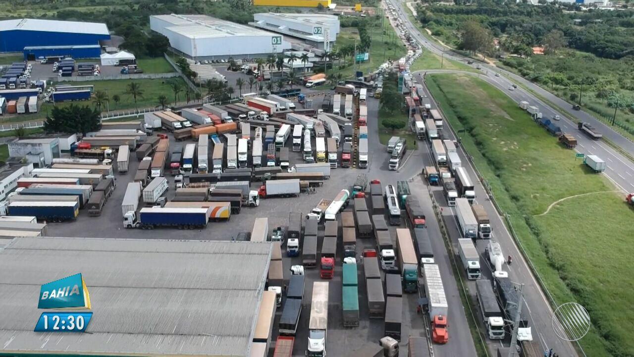 Caminhoneiros bloqueiam estradas em protesto contra o valor do diesel