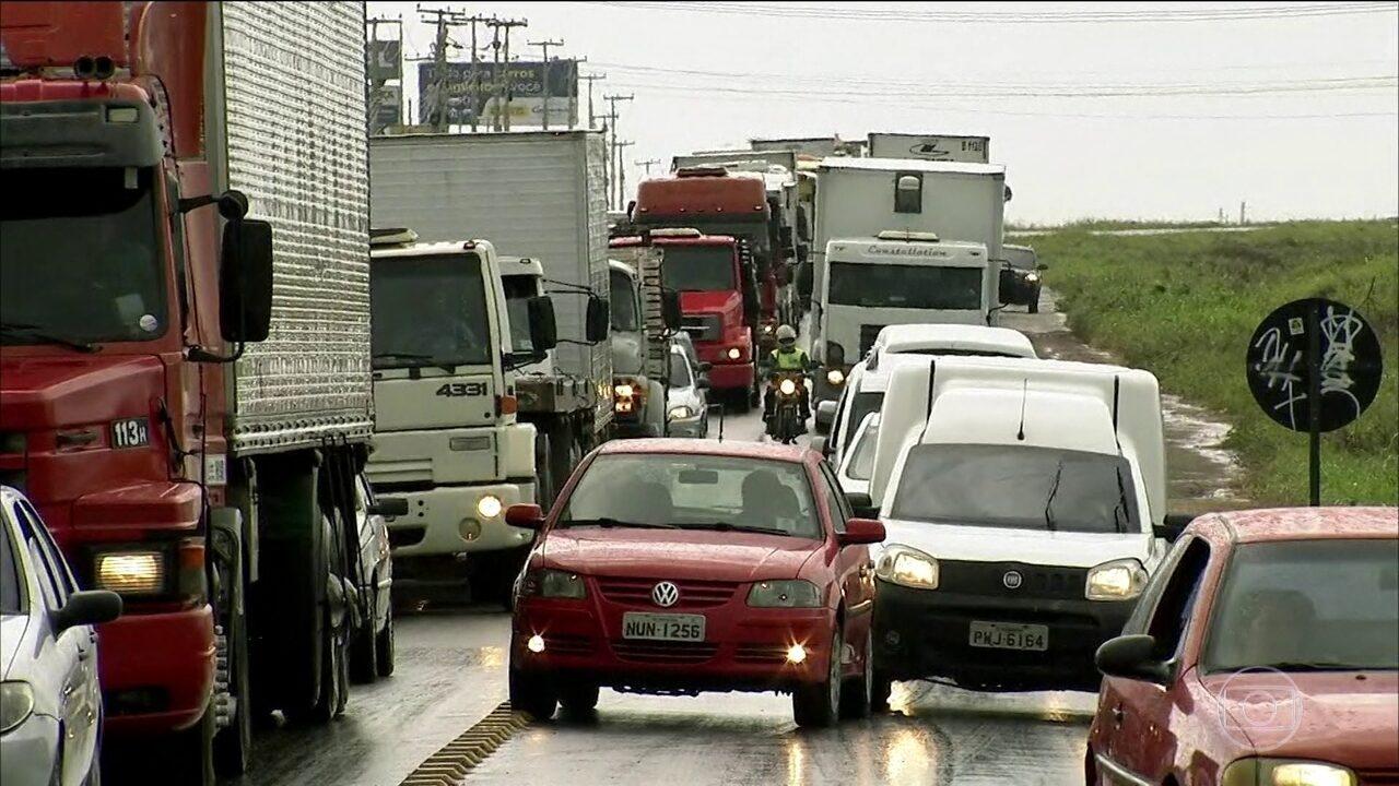 Caminhoneiros protestam contra política de reajuste de preços dos combustíveis