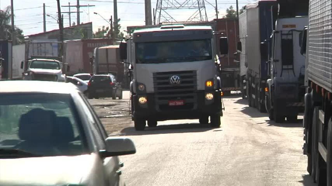 Caminhoneiros bloqueiam pista no Ceará em protesto contra alto preço do combustível