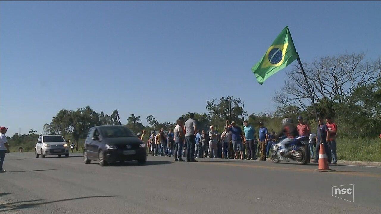 Caminhoneiros seguem às margens das rodovias em 2º dia de protesto contra alta do diesel