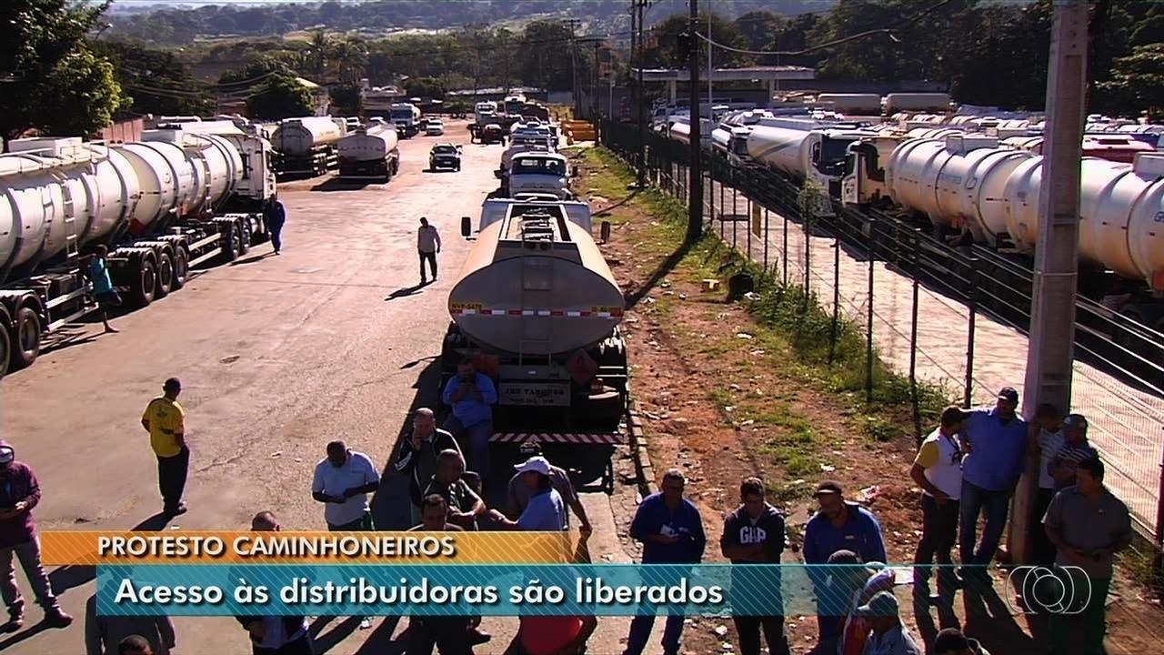 Caminhoneiros liberam acesso a distribuidora, reforçam bloqueio em rodovias de Goiás