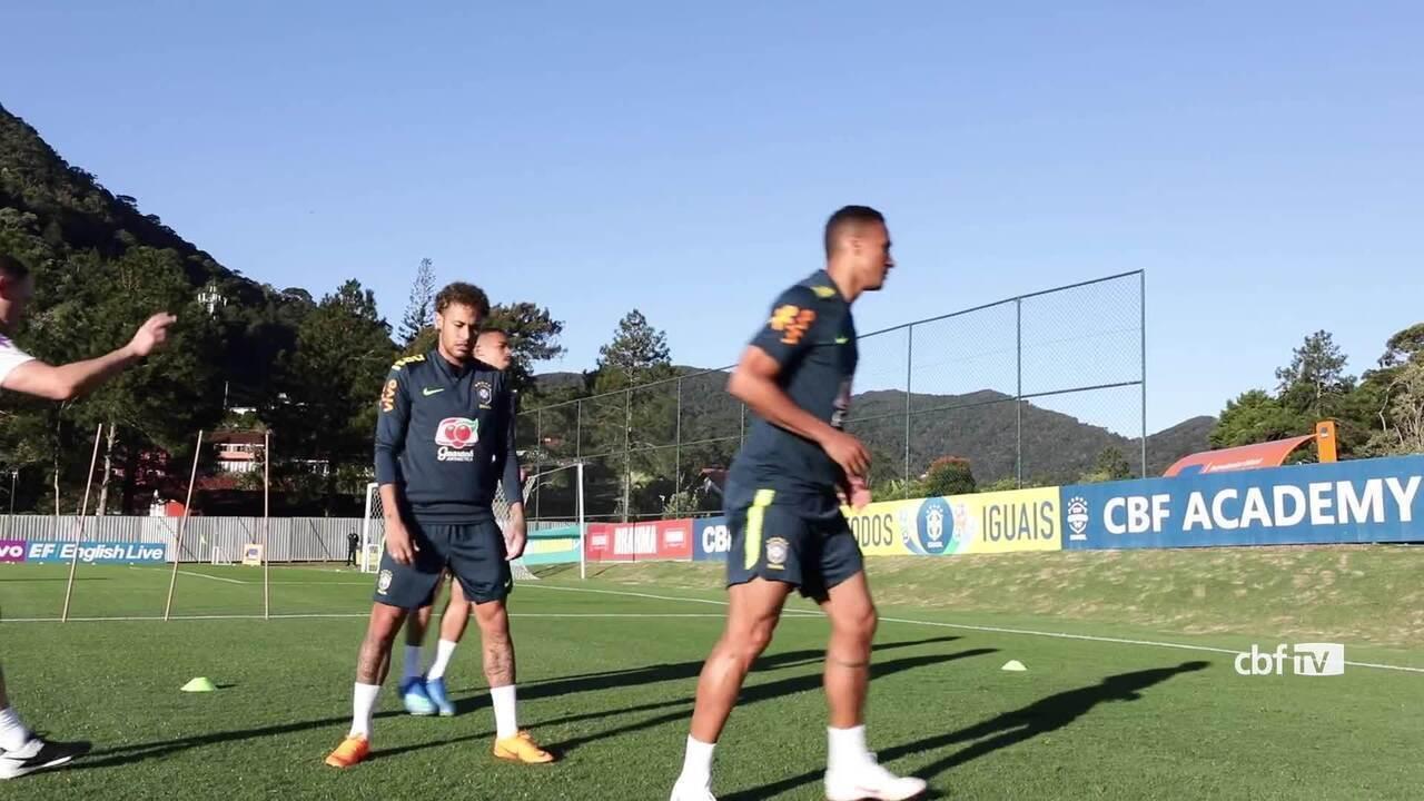 Danilo, Gabriel Jesus e Neymar treinam com bola na Granja Comary