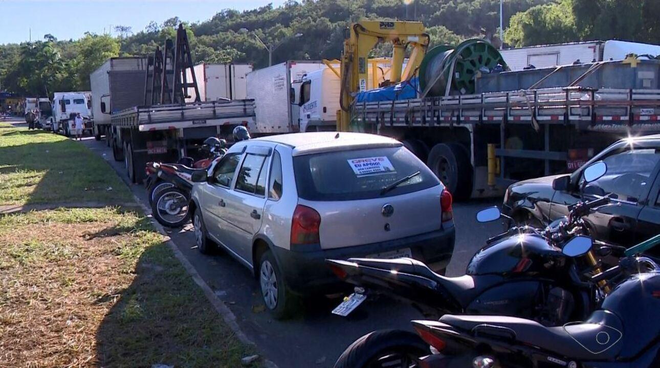 Caminhoneiros protestam contra aumento do preço da gasolina no Sul do ES