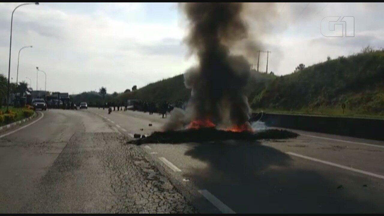 Caminhoneiros colocam fogo em pneus na Rodovia Régis Bittencourt (Vídeo: Dione Aguiar/G1)