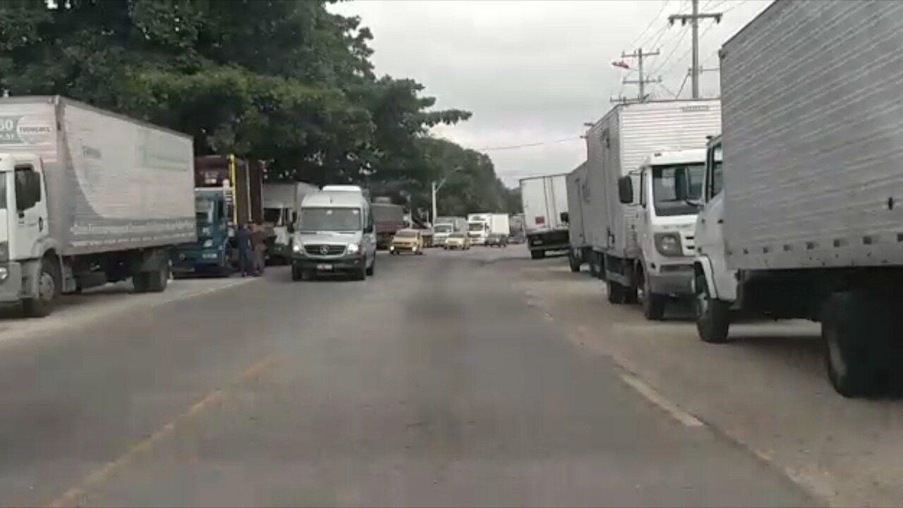 Caminhoneiros protestam em Maricá contra aumento do diesel