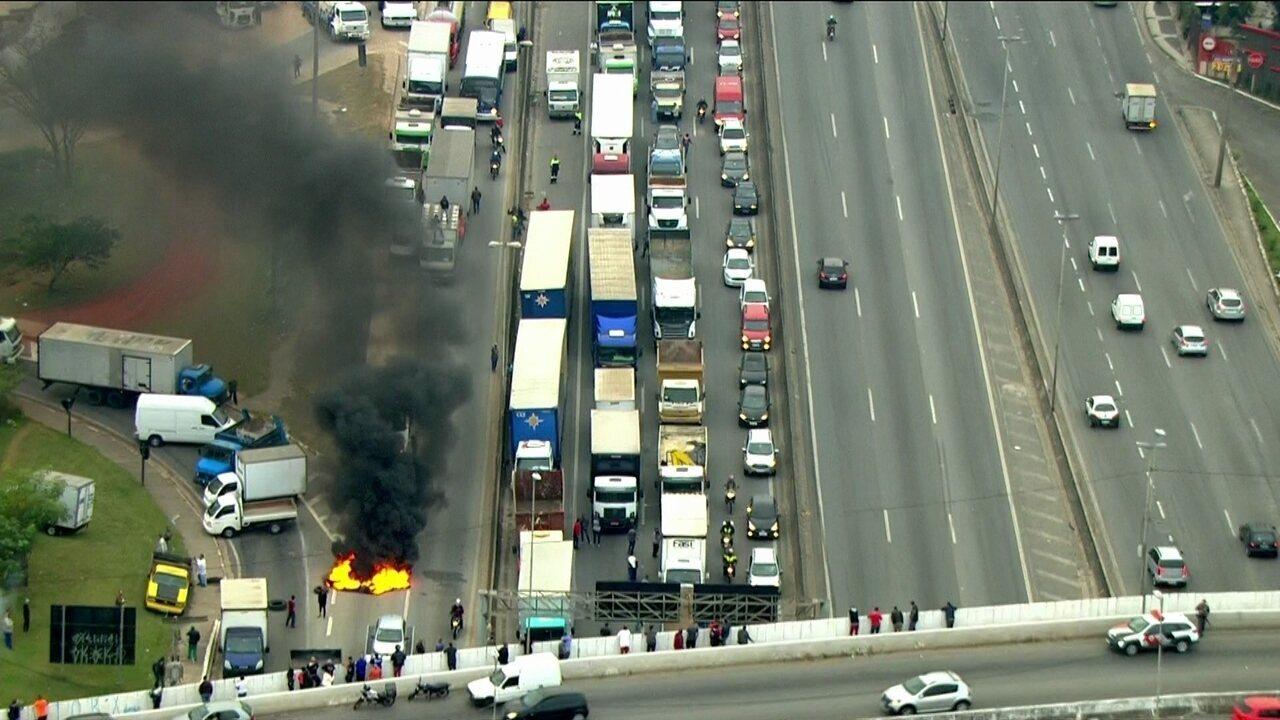 Protesto de caminhoneiros bloqueia Rodovia Fernão Dias, em SP