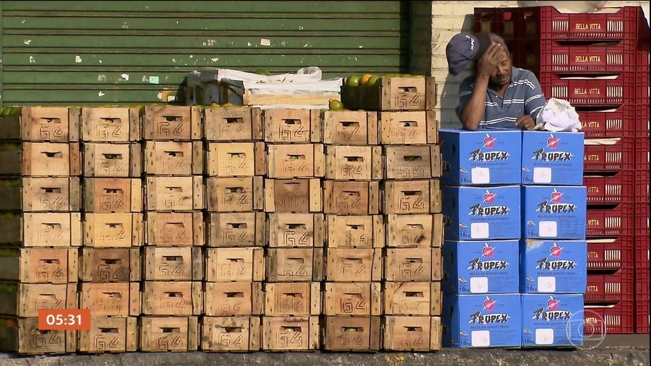 Protesto dos caminhoneiros afeta abastecimento de alimentos e de combustível pelo país