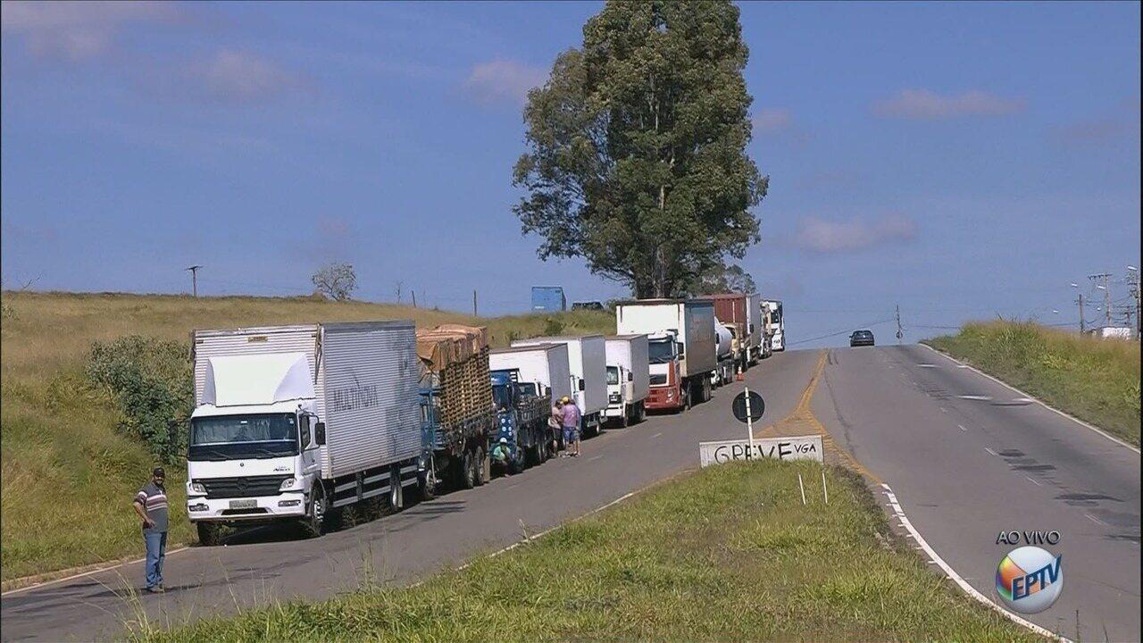 Caminhoneiros bloqueiam trecho da BR-491, em Varginha; veja a situação na região