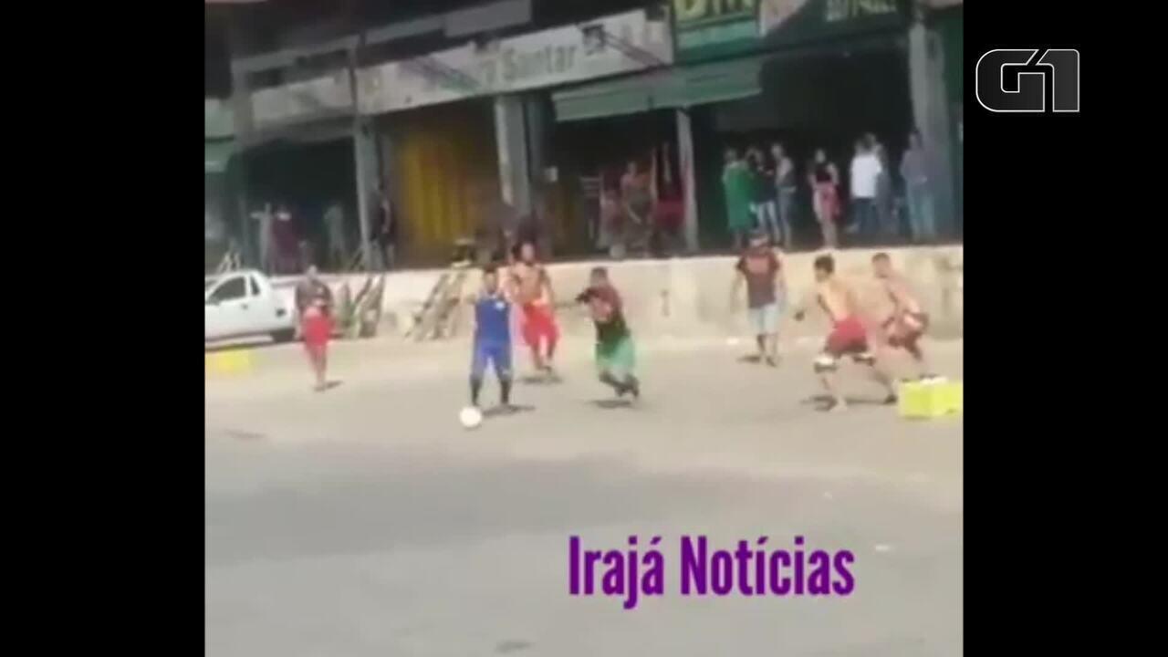 Funcionários da Ceasa jogam futebol no estacionamento