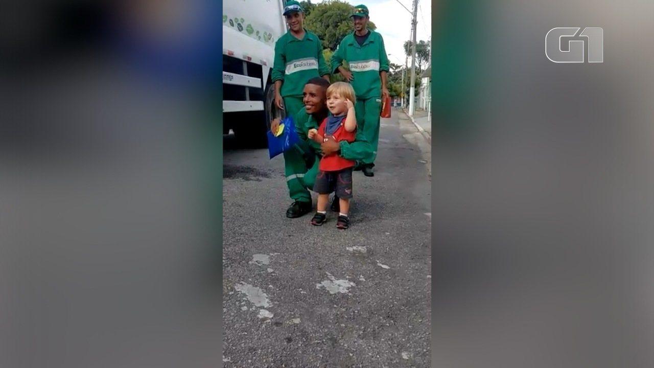 O vídeo que mostra a alegria do menino no encontro com os profissionais foi visto mais de 2 milhões de vezes. Família dele é de Taubaté e presenteou os coletores pelo dia do gari.