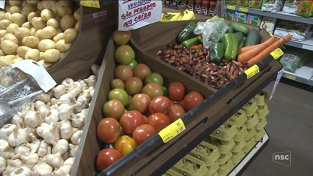 Paralisação afeta abastecimento de alimentos e consumidores formam filas em supermercados