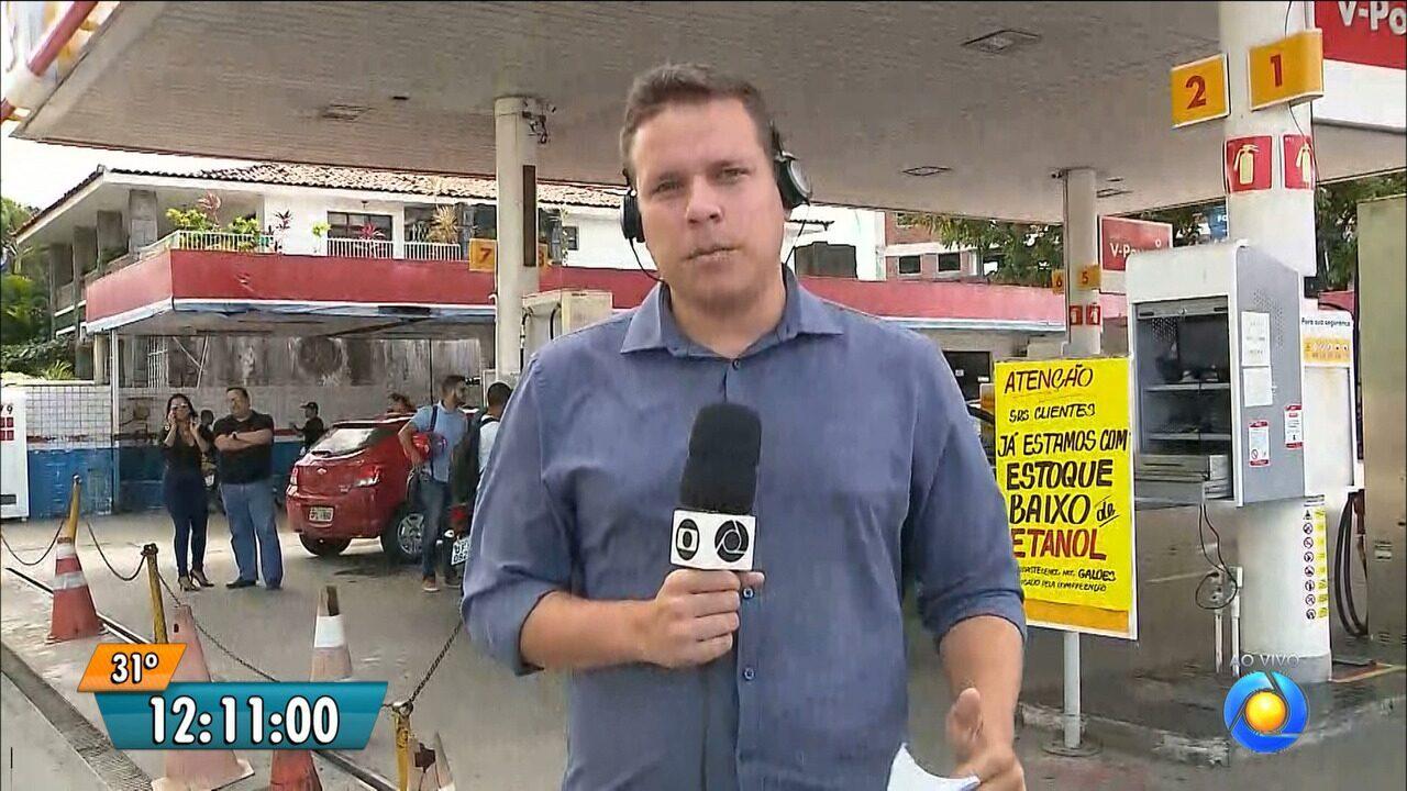 Motoristas procuram combustível no bairro dos Estados