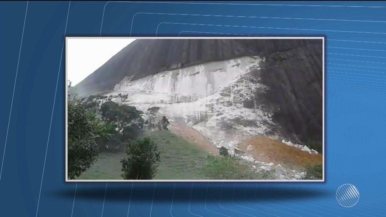 Pedaço de rocha de em torno 50 toneladas depenca de morro em Guaratinga