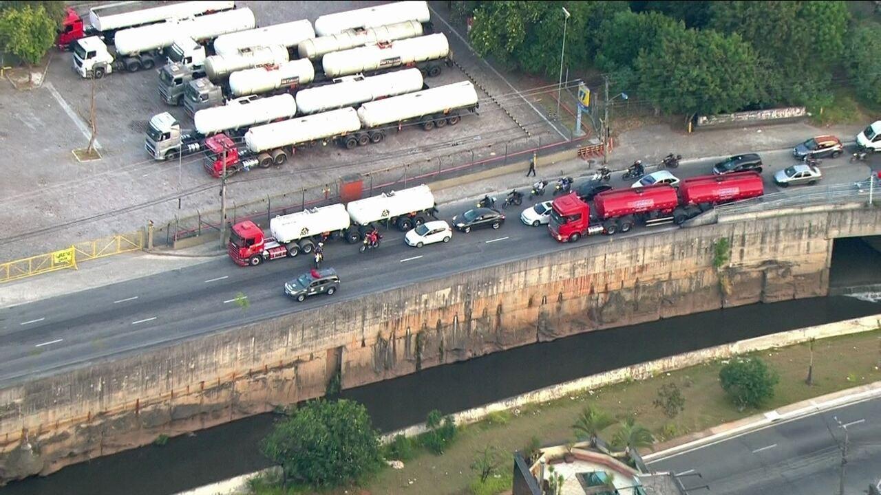 Caminhão transporta carga de combustível sob escolta em São Caetano, SP