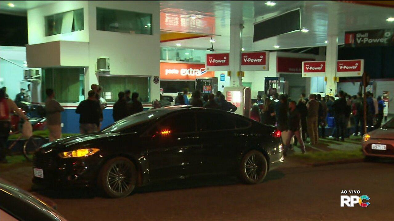 Consumidores formam filas em postos de combustíveis