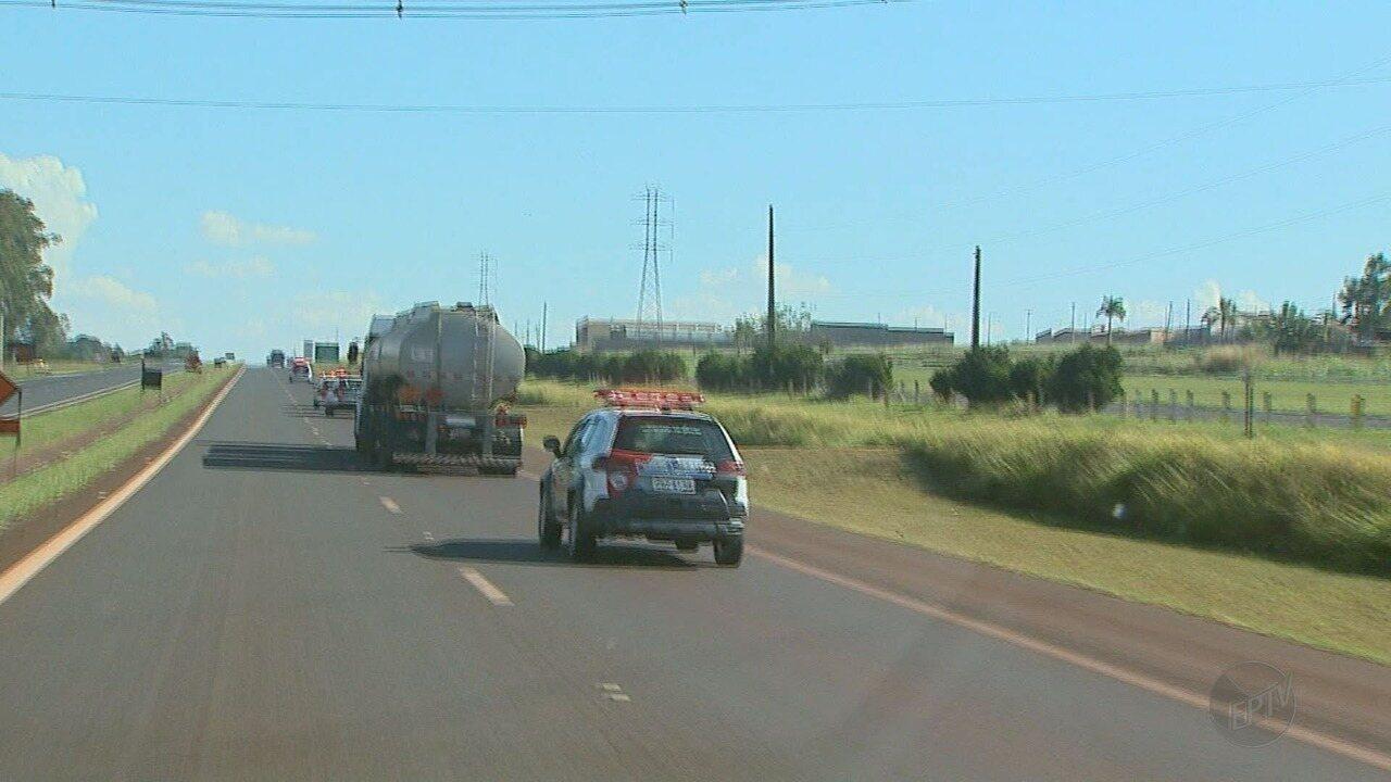 PM escolta caminhão com diesel até empresa para abastecer ônibus em Ribeirão Preto