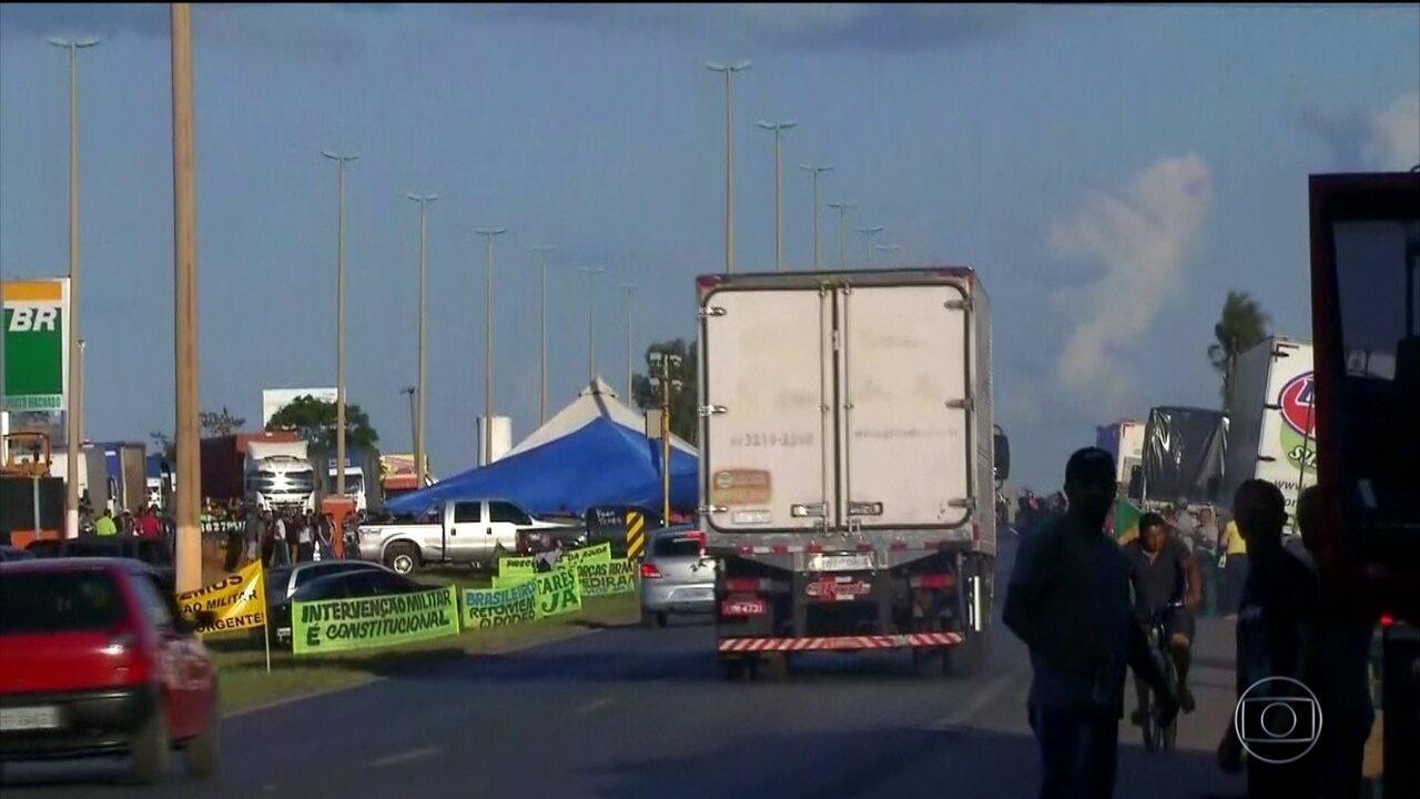 Manifestantes liberam bloqueios, mas impedem passagem em vários pontos