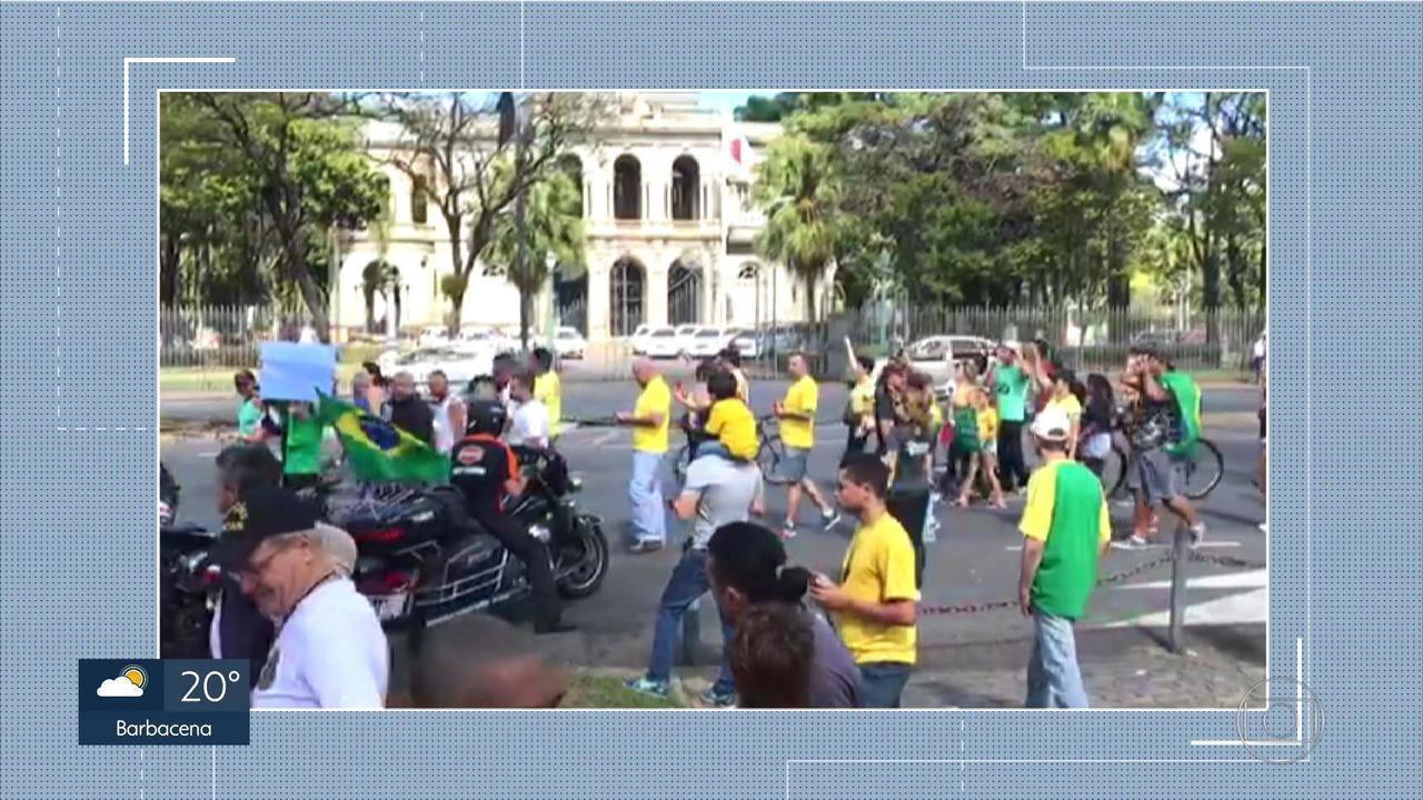 Grupo se manifesta em frente à Praça da Liberdade, em Belo Horizonte