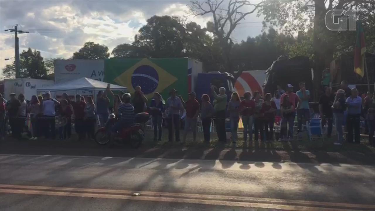 Manifestantes ocupam acostamento da BR-472 em Santa Rosa no Rio Grande do Sul