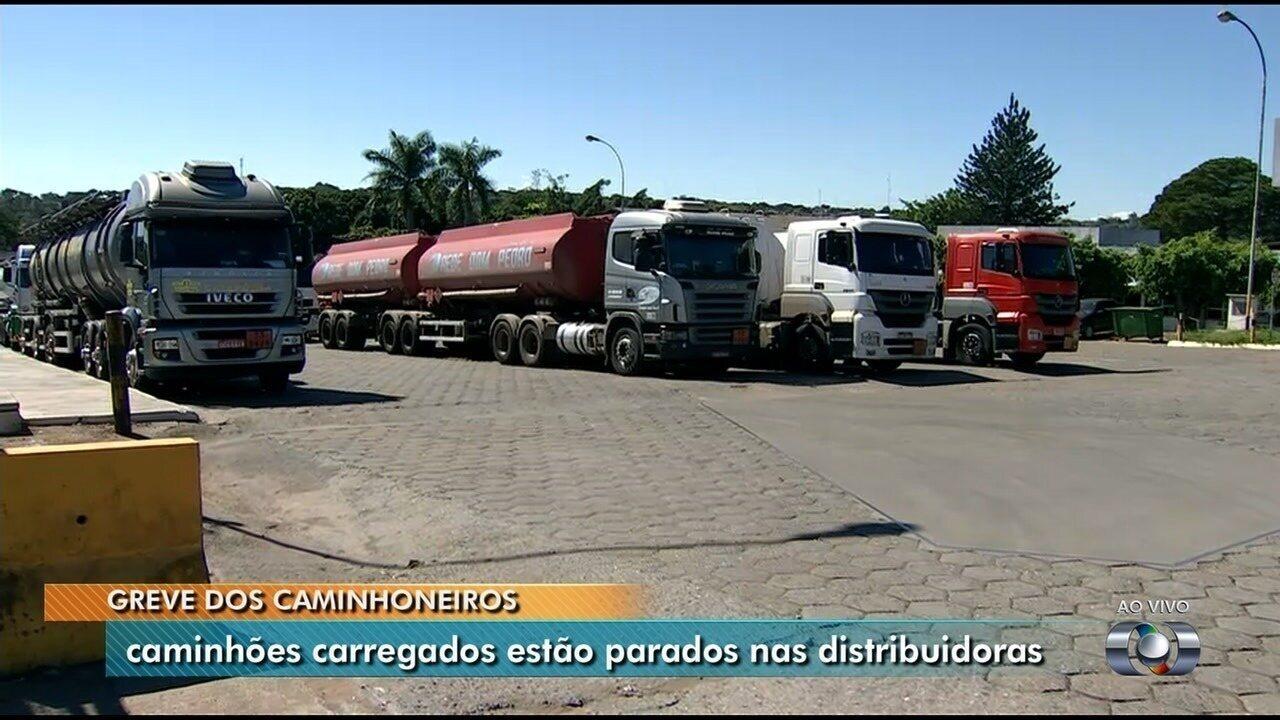 Por causa da greve dos caminhoneiros, carretas com combustíveis não saem de distribuidoras