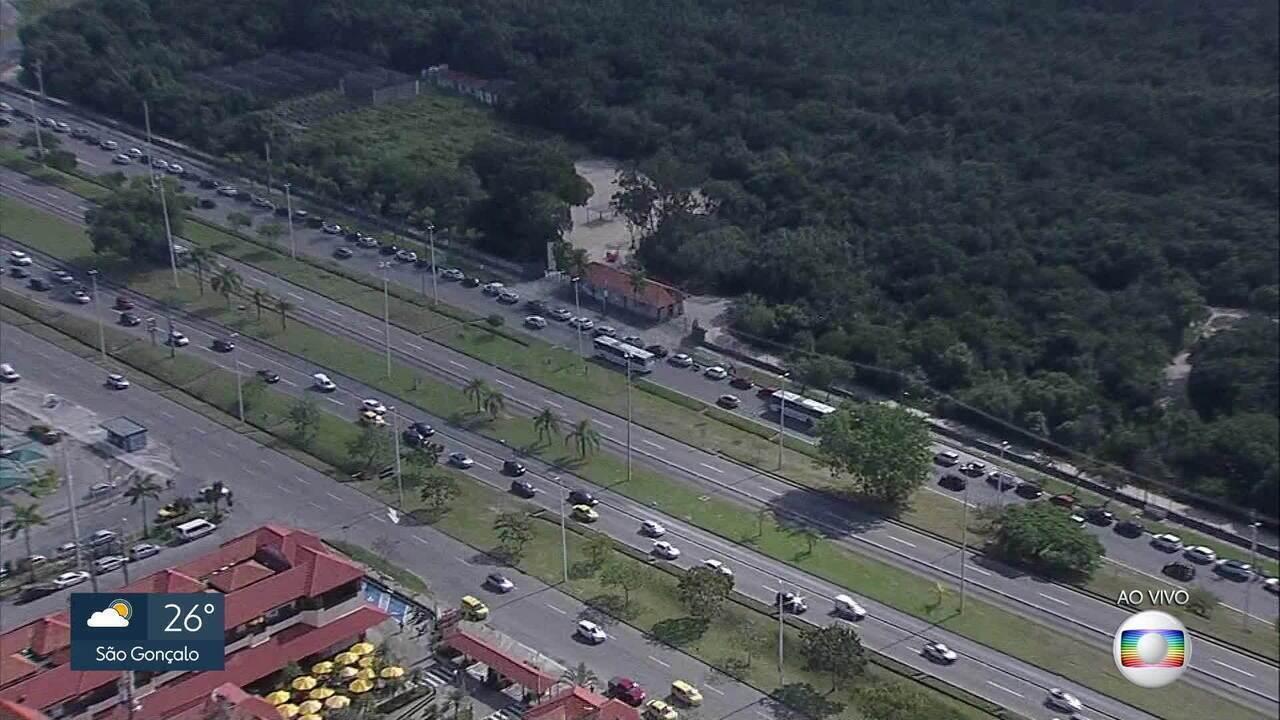 Motoristas formam longas filas em postos da Barra da Tijuca, Rio