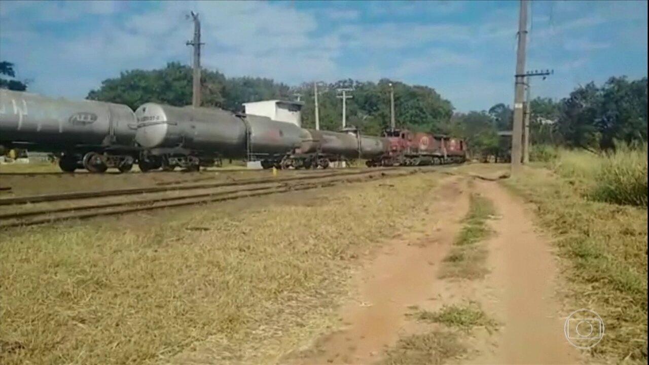 Trem carregado de diesel descarrila após parafusos serem retirados dos trilhos, em Bauru