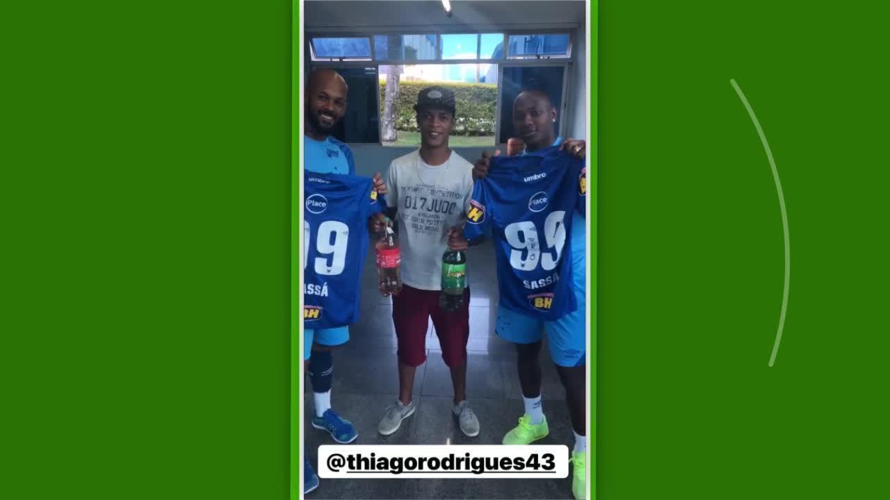 9edd3dffe5 Sassá recebe gasolina e dá camisas e ingresso a torcedor do Cruzeiro ...