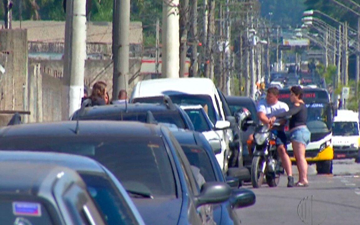 Motoristas passam horas em filas quilométricas para abastecer no Alto Tietê