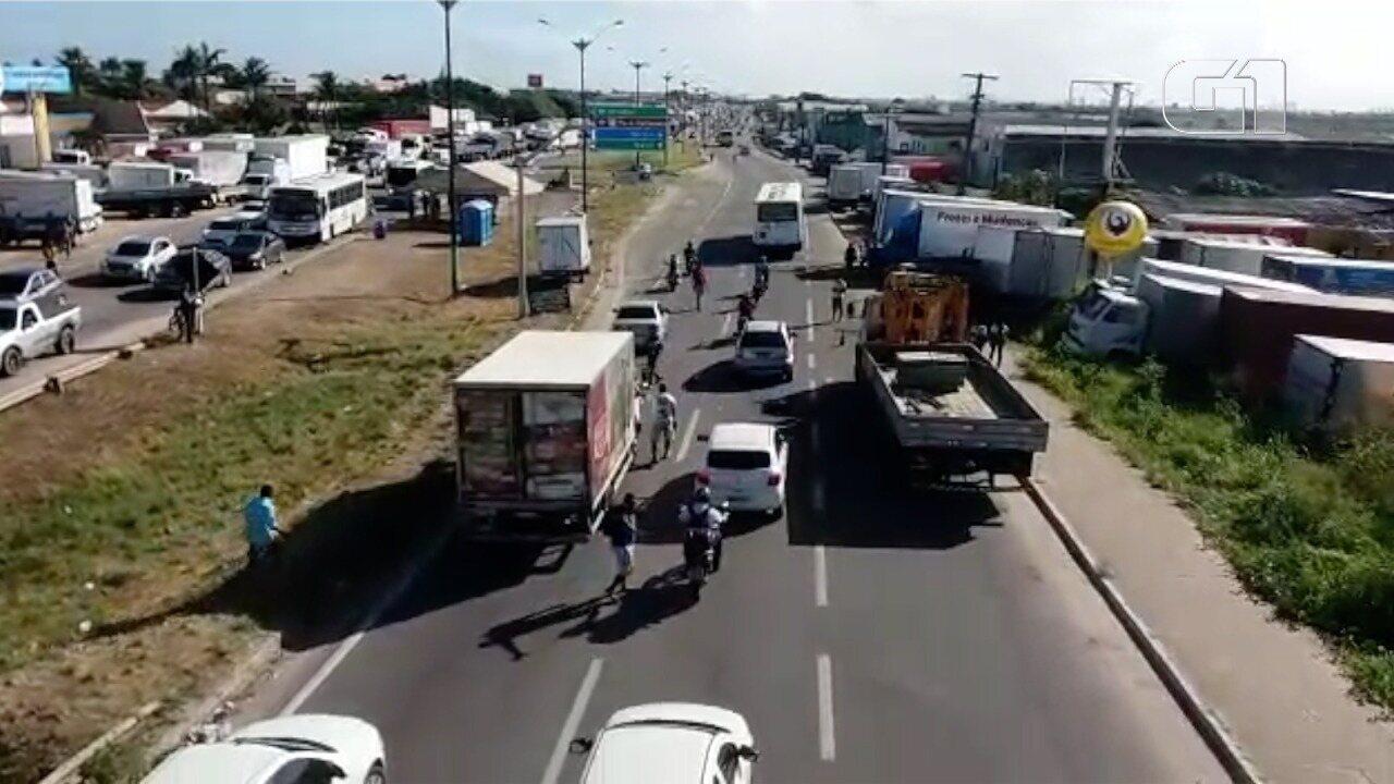 Vídeo mostra caminhoneiro sendo abordado e obrigado a encostar, na BR-101, em Parnamirim