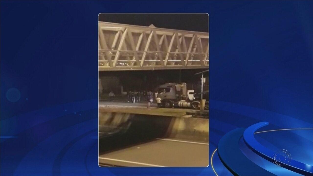 Sem escolta, manifestantes impedem que caminhão entregue combustível em posto de Cerquilho