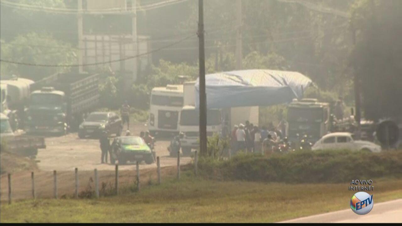 Caminhoneiros começam a deixar o sentido capital da Rodovia Anhanguera em Leme