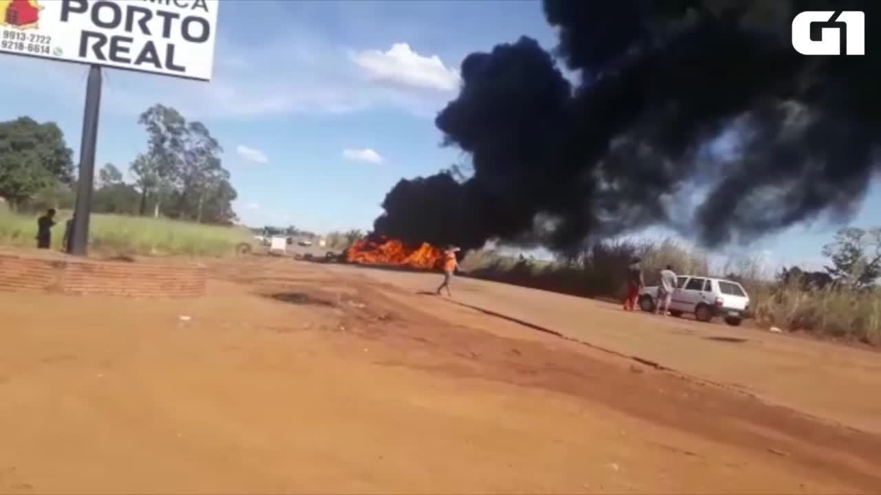 Caminhoneiros incendiaram pneus na TO-050