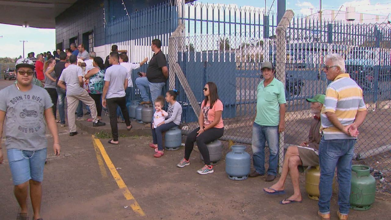 Consumidores lotam as revendas de distribuidoras de gás de São Carlos, SP