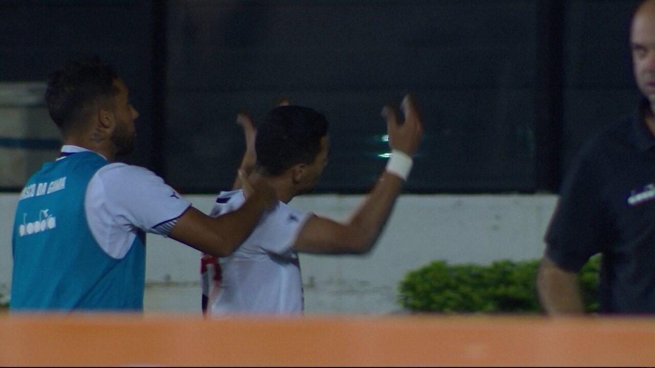 Gol do Vasco Pikachu recebe lanamento na frente e bate por cima do goleiro aos 43 do 1