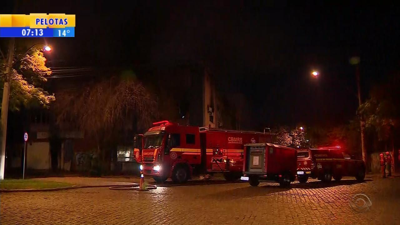 Incêndio atinge prédio desativado em Porto Alegre