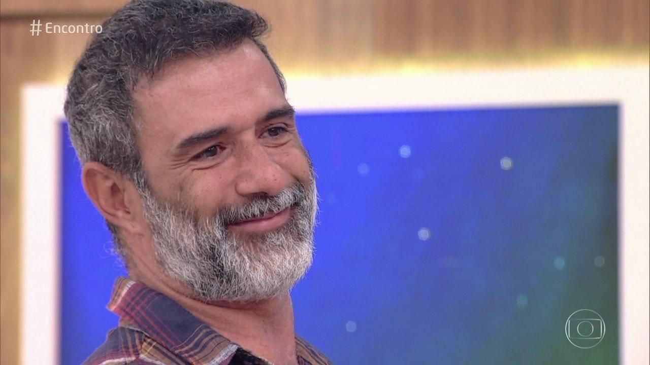 Marcos Pasquim comenta foto antiga e se emociona ao encontrar o pai no palco do 'Encontro'. Assista!