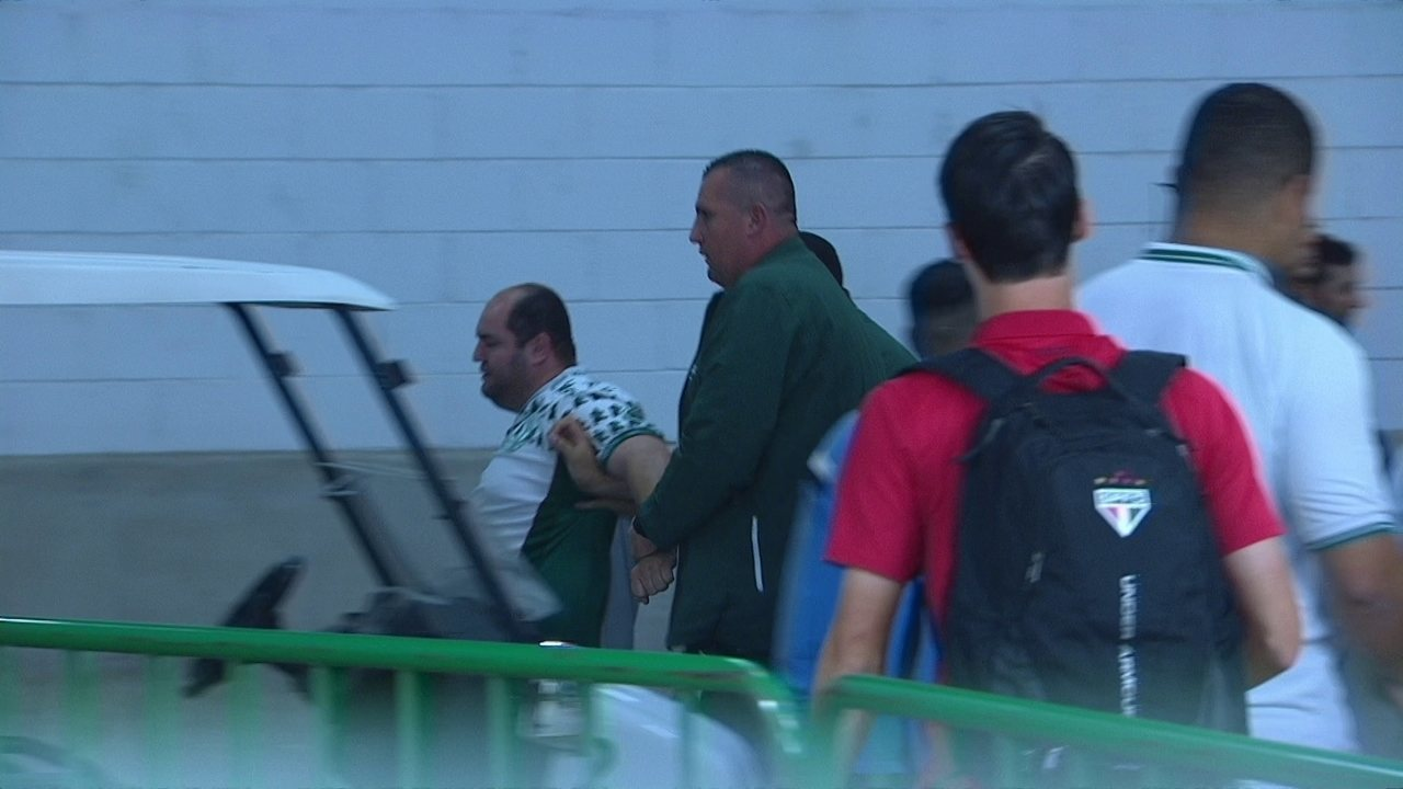 Torcedor do Palmeiras se envolve em confusão com jogadores do São Paulo na saída da arena