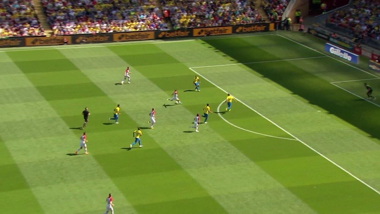 Miranda erra na saída de bola, e Kramaric chuta para a defesa de Alisson