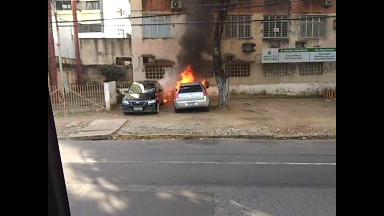 Carros pegam fogo na Zona Sul do Recife
