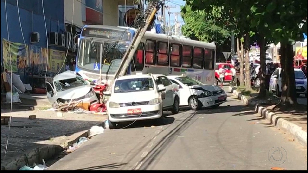 Motorista de ônibus perde o controle e causa acidente no Centro de João Pessoa