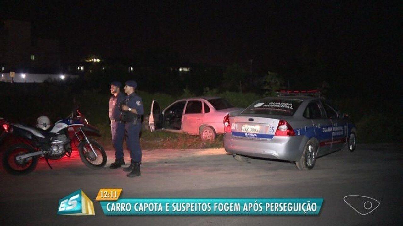 Carro capota e suspeitos fogem após perseguição em Vila Velha, ES
