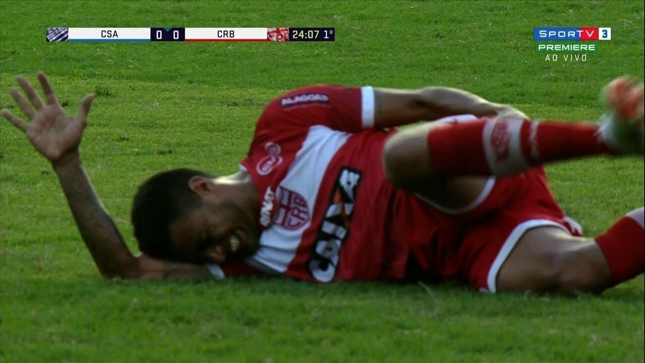 Cleiton Xavier se machuca sozinho e cai no gramado do Rei Pelé