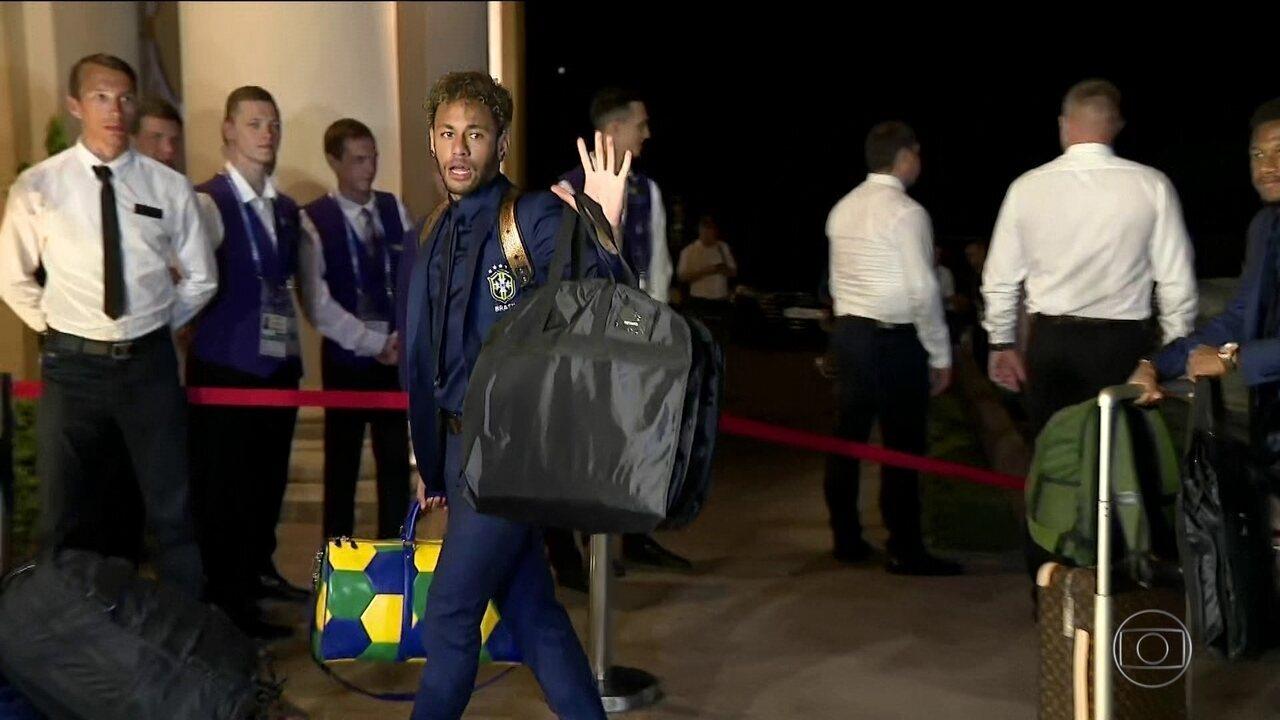 Jogadores da Seleção chegam a hotel em Sochi, na Rússia